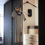 JPG-Raffito_Loft Italian marmer interieur steengrijs detail garderobe stang
